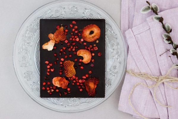 Bitterkuvertüre gefriergetrocknete Erdbeeren rosa Pfeffer Tafelschokolade