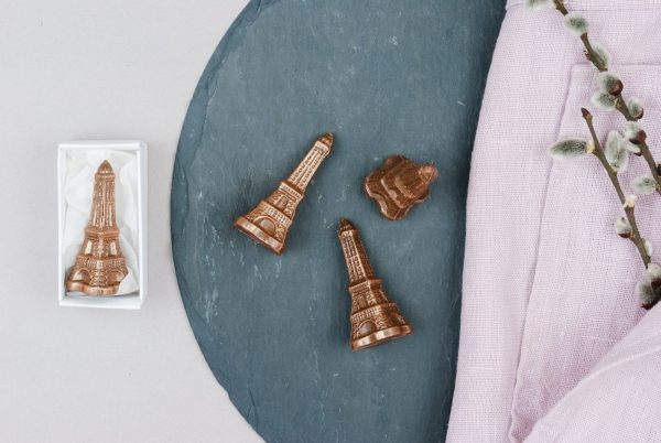 Schokoladenfigur Eiffelturm aus Milchkuvertüre verpackt in Schachtel