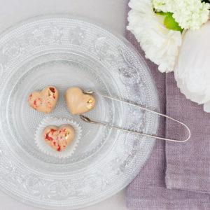 Schokoladenherzen aus Dulcey Kuvertüre mit gefriergetrockneten Himbeeren und Blattgold Hochzeitsdekoration