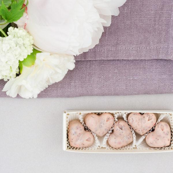 Hochzeitsdekoration Zartrosane Herzen aus Weißer Kuvertüre Erdbeere Rosenblätter verpackt