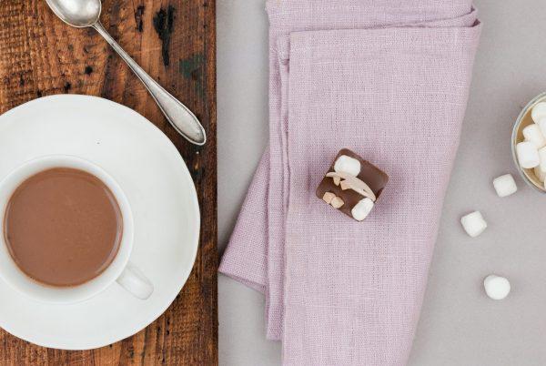 Milchkuvertüre Karamellkuvertüre Marshmallow Karamellstückchen Trinkschokolade am Löffel