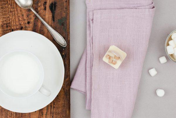 Weiße Kuvertüre Karamell Chunks Trinkschokolade am Löffel