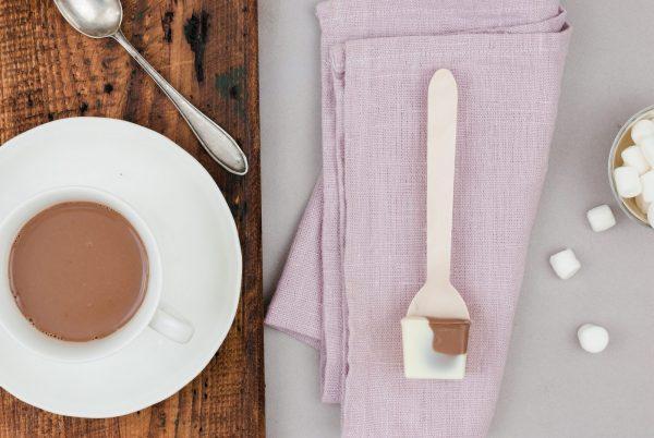 Weiße Kuvertüre Karamellkuvertüre Heiße Schokolade am Löffel