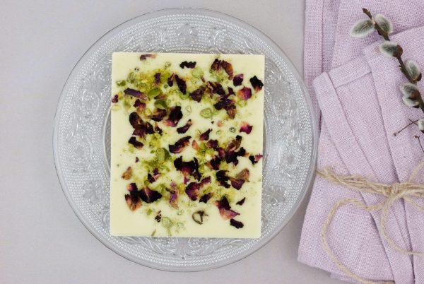 Weiße Kuvertüre Pistazie getrocknete Rosenblätter Tafelschokolade Domori
