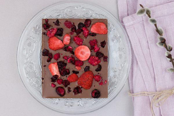 Tafelschokolade rote Beeren Milchkuvertüre