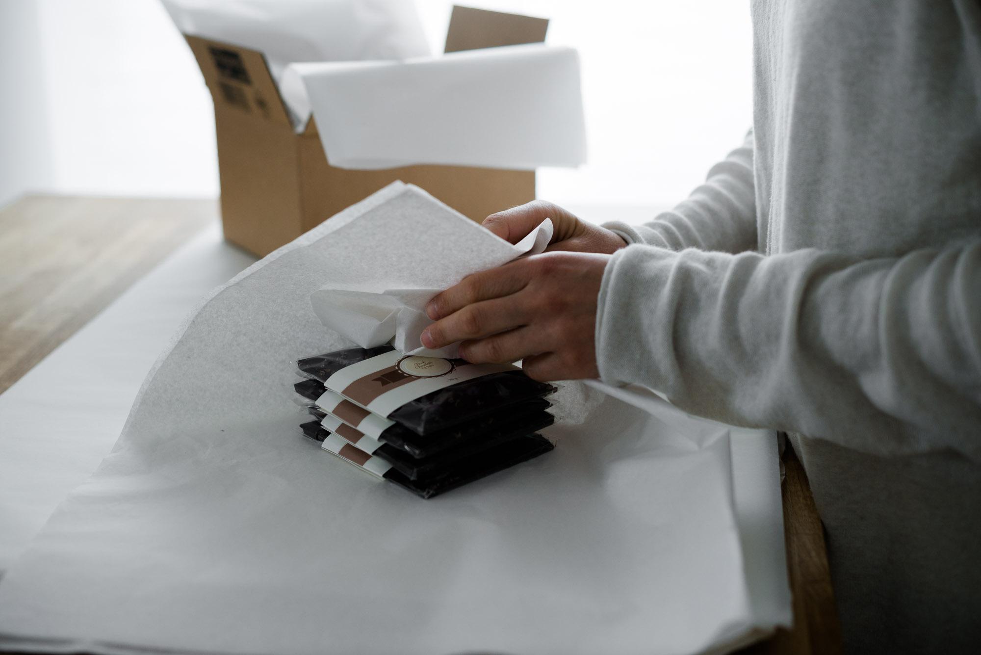 Tafelschokolade verpacken Seidenpapier Versandpolster Kraftpapier Karton