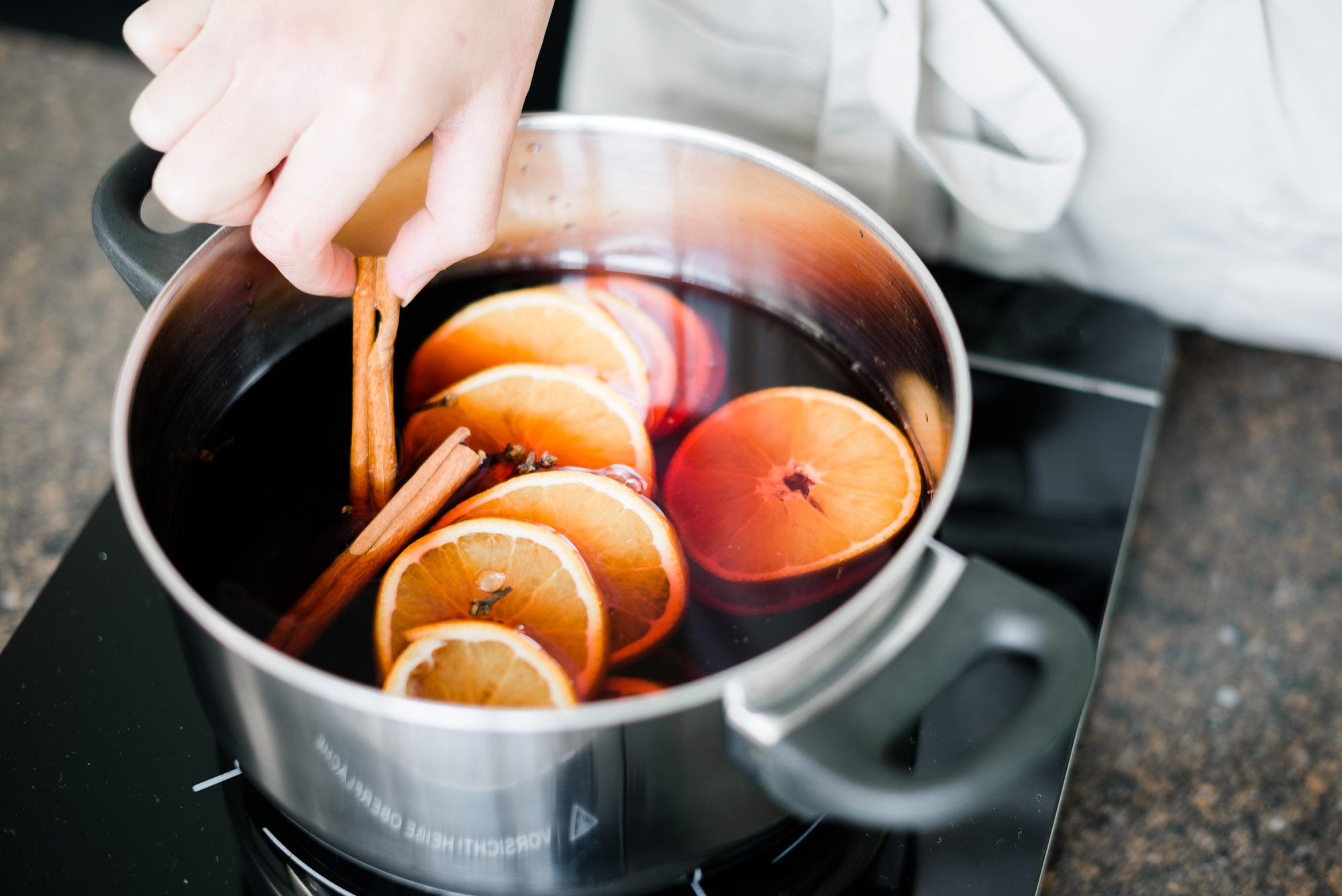 Glühwein selber machen aus Rotwein, Orangen, Zimt und Nelken