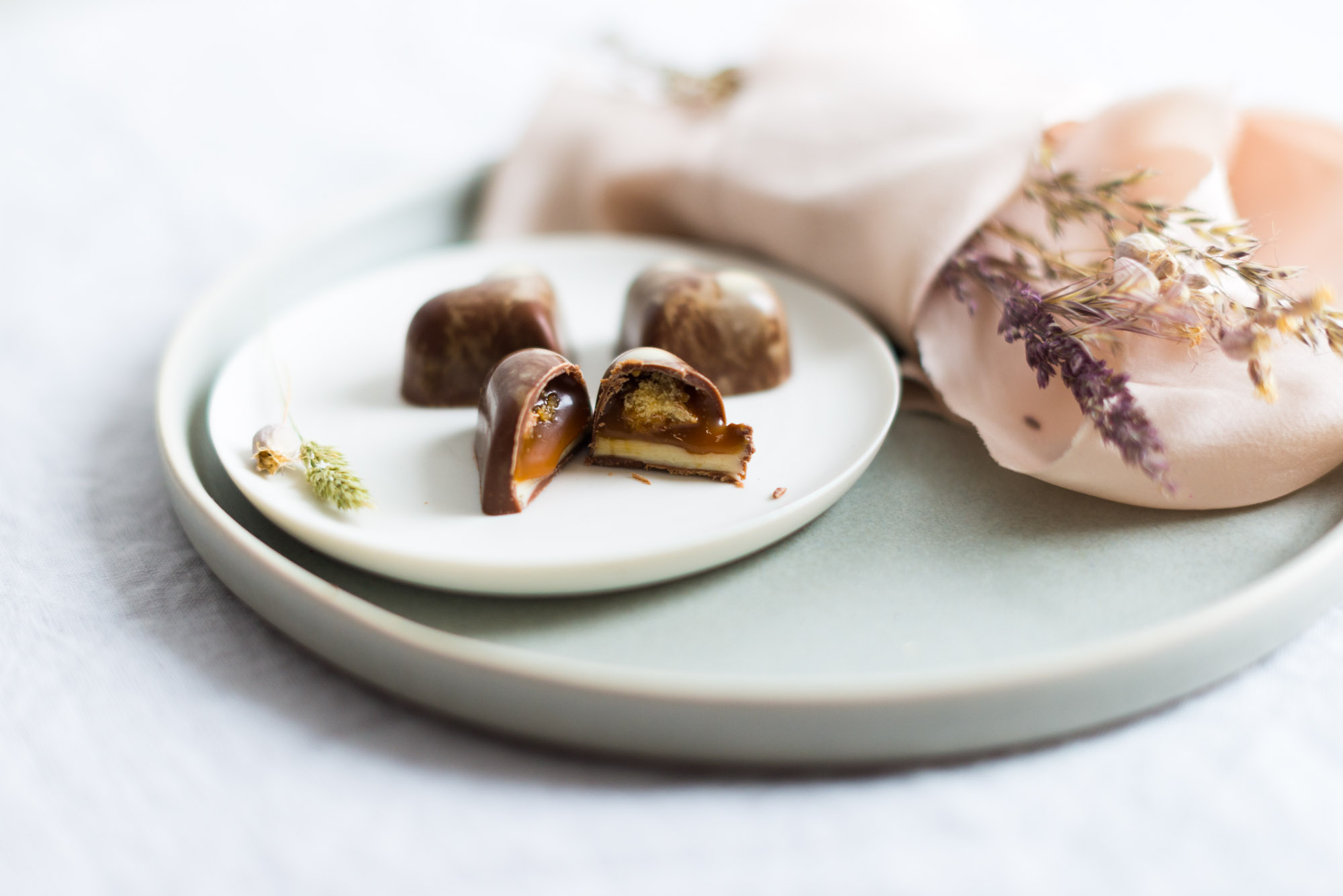 Große Herz Praline mit Salzkaramell, Macadamia Cookie Crunch und hausgemachtem Macadamia Nougat