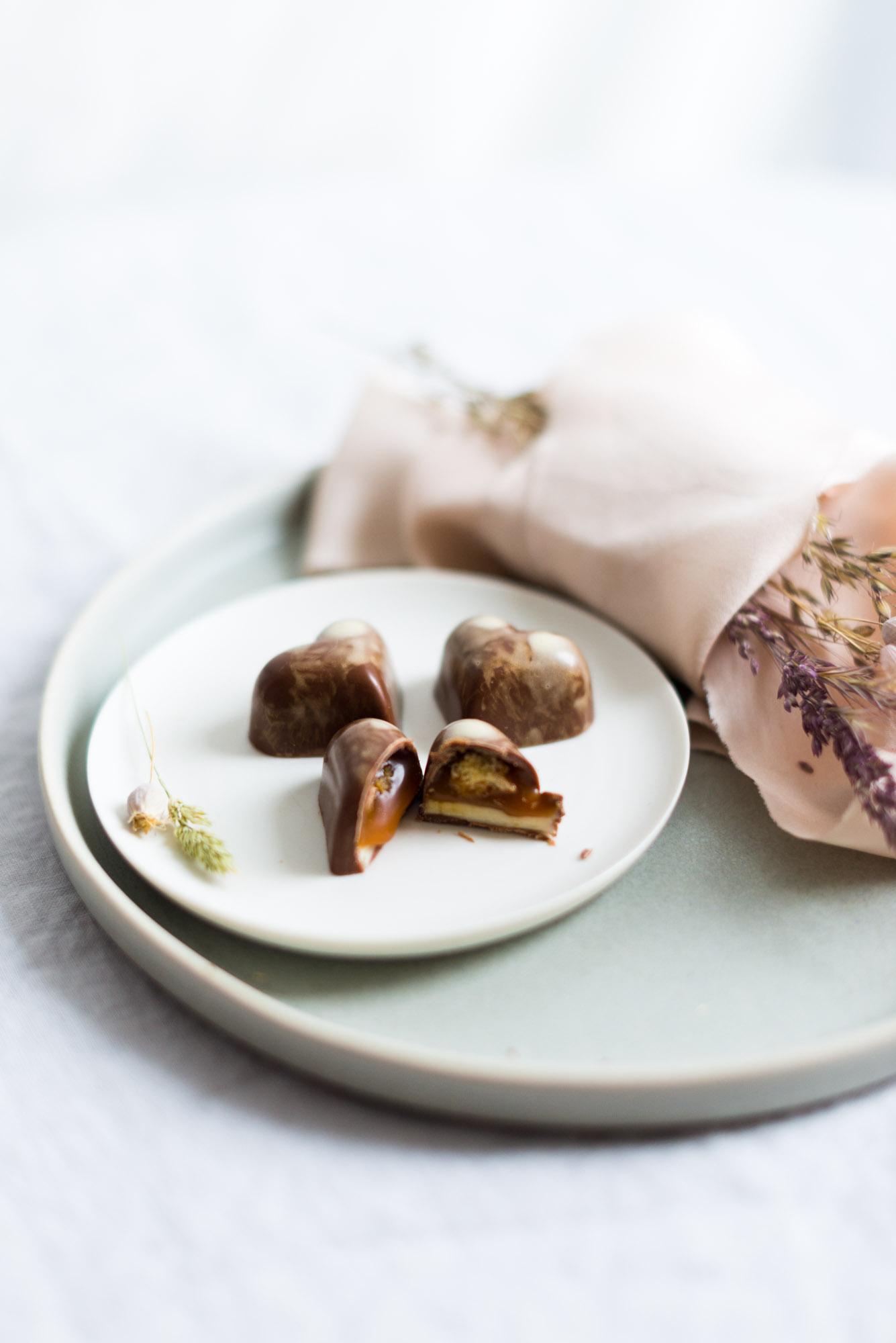 Dreifach gefüllte Praline mit Salzkaramell Macadamia Nougat und Macadamia Cookie