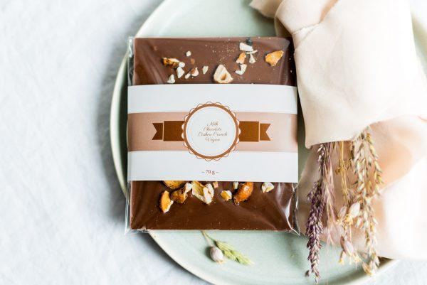 Vegane Milchschokolade mit karamellisierten Cashewkernen