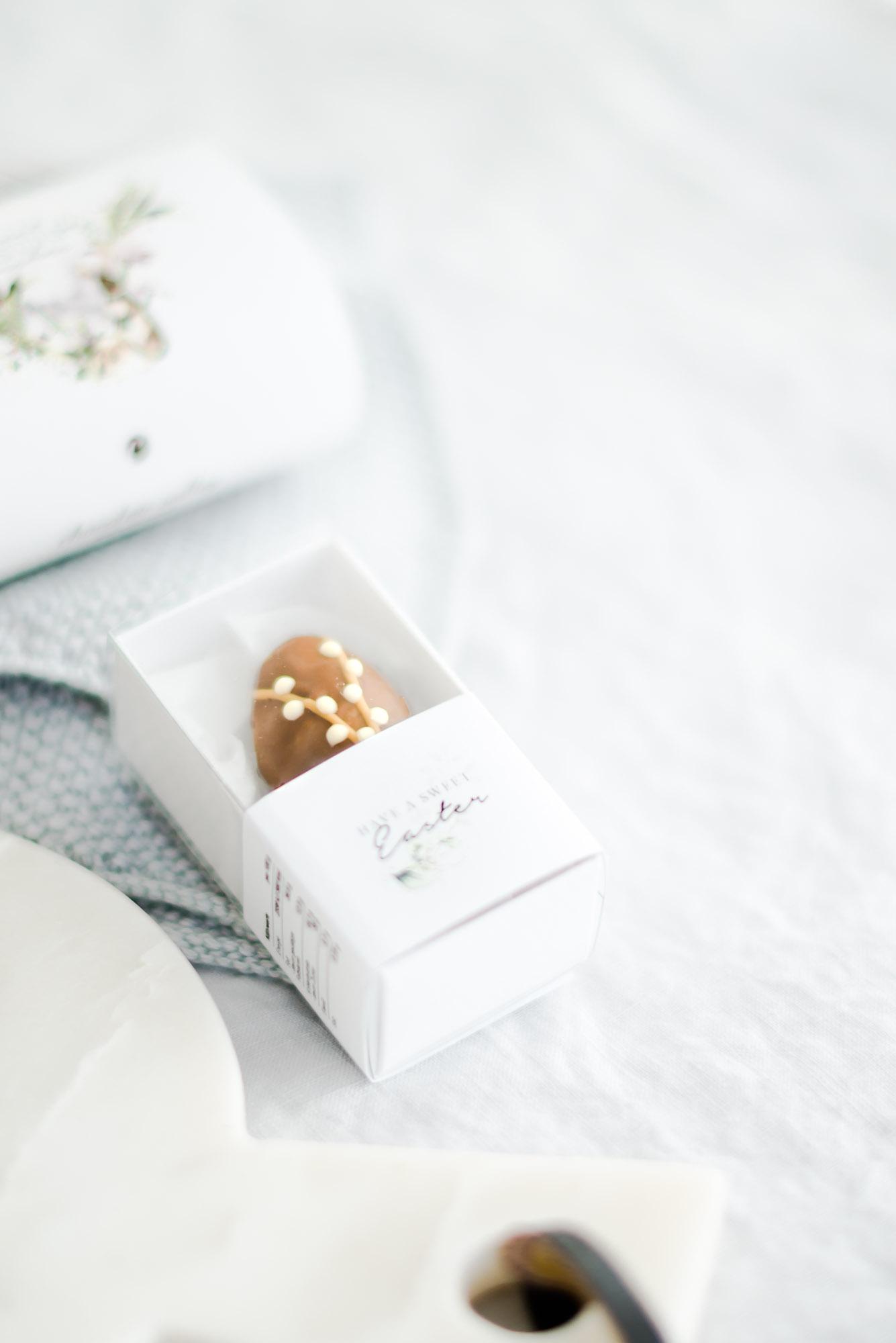Handbemalte Osterei Praline groß in Schachtel
