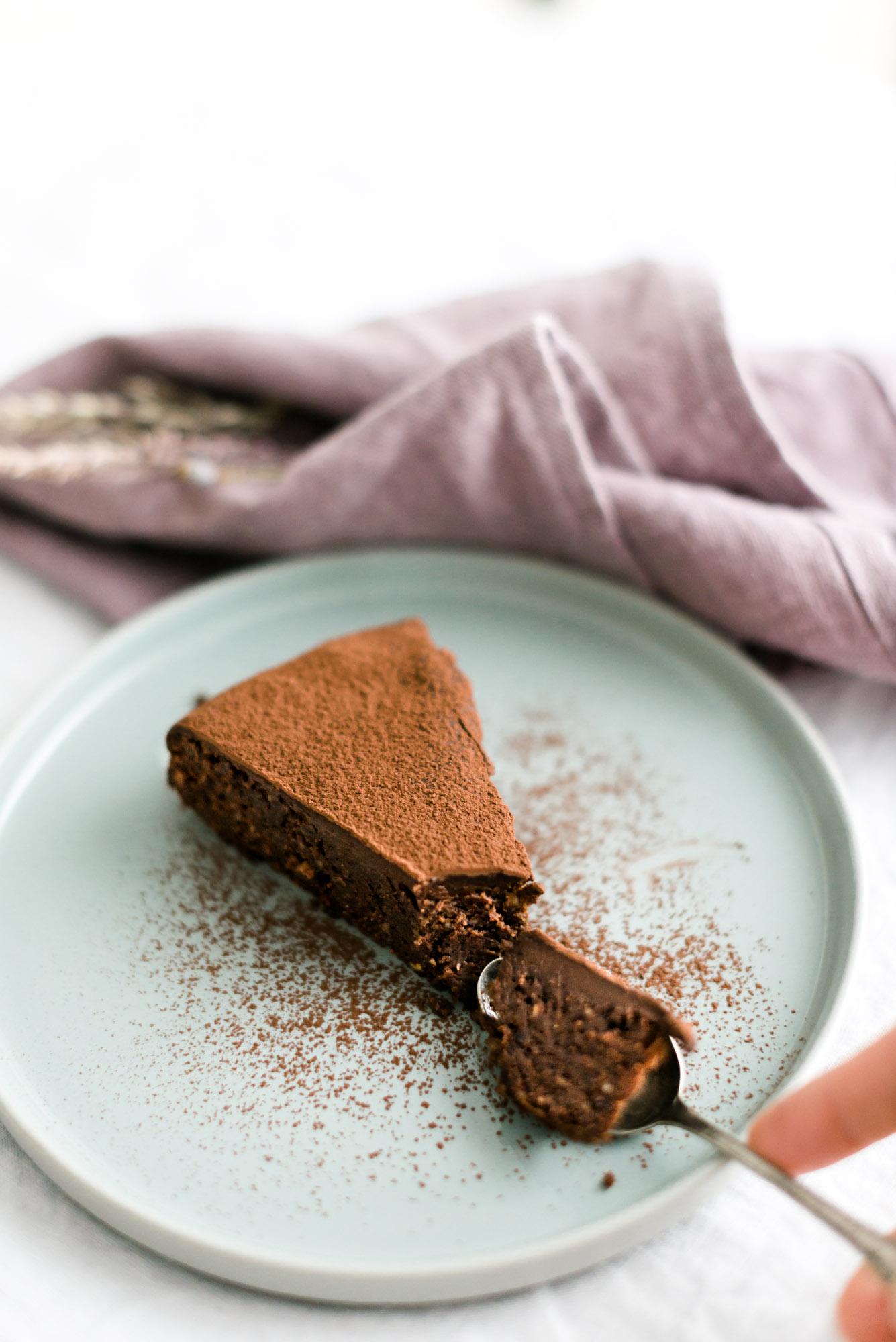 Saftiger Schokoladenkuchen mit schwarzer Johannisbeere, Haselnuss und Kakao