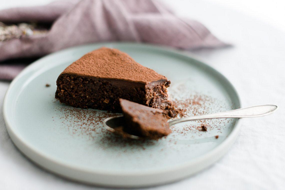 Saftiger Schokoladenkuchen mit Haselnuss und Cassis