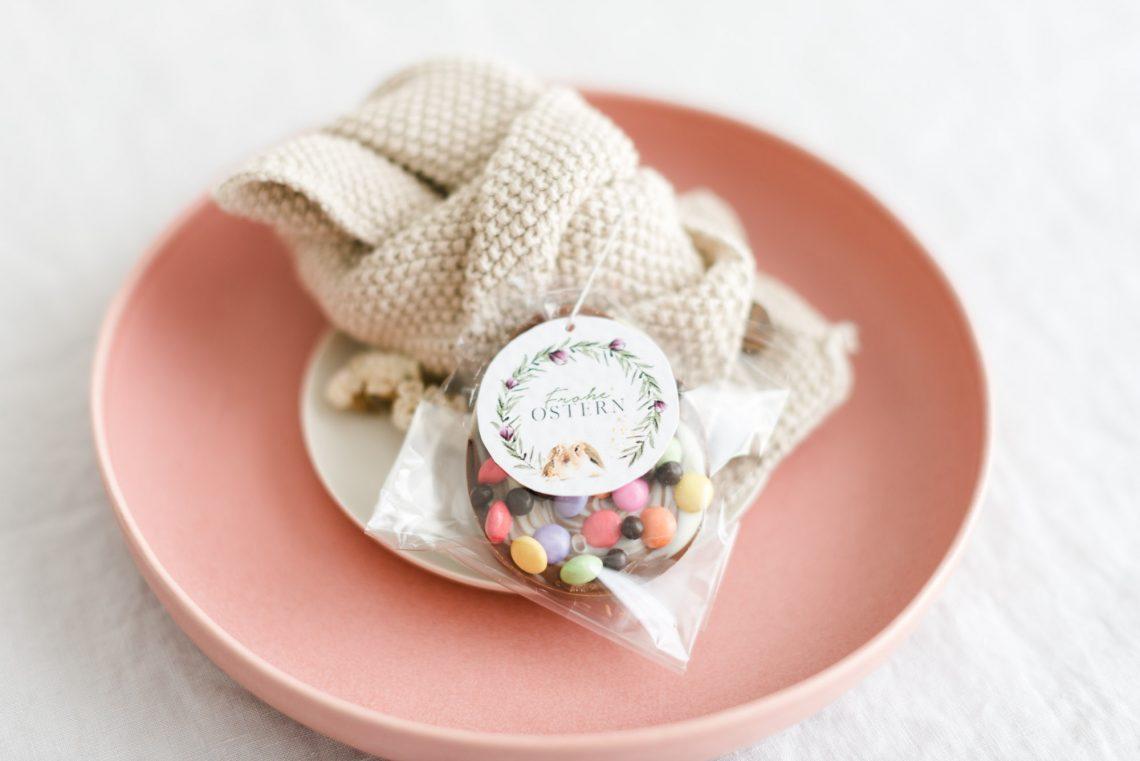 Tischdeko zu Ostern Servietten mit Anhänger aus Schokolade